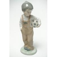 Lladro Nao beeldje jongen met voetbal