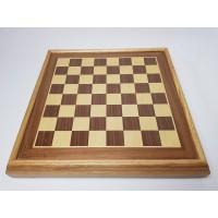 Schaakspel van hout schaakstukken aan onderzijde