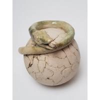 Leuke aardewerk slang op bol kunstwerk
