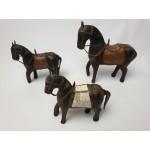 3 Antiek houten paardjes bekleed latoenkoper en 1 met parelmoer