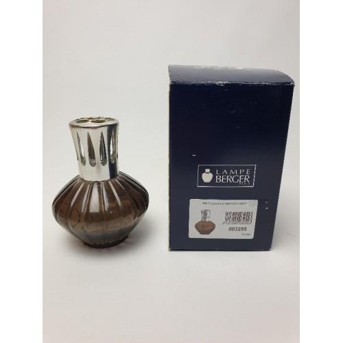Lampe berger bruinachtig glas met zilverkleurige kroon en dop.
