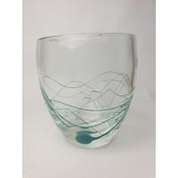 Glazen met licht blauw bewerkte vaas