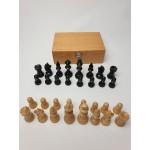 Houten schaakstukken 8 cm met vilt in kistje. Niet verzwaard