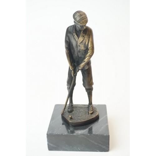 Brons beeldje van een golfer in putting positie, op marmer sokkel
