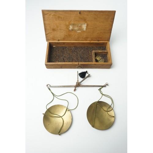 Antiek miners goud weegschaaltje uit ongeveer 1850 met orgineel kistje