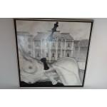 Erotisch schilderij van liggende dame voor huizen met schaakstukken