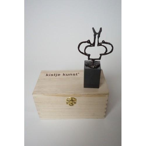 Kistje Kunst met een bonzen beeldje op marmer sokkel